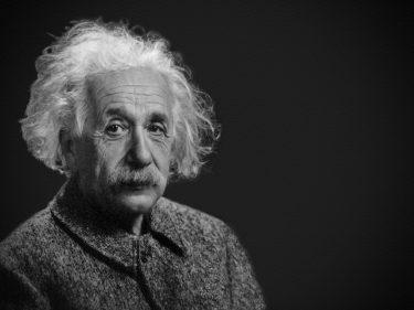 【不安がるな。未来はすぐ来るから】アインシュタインの名言(英語)